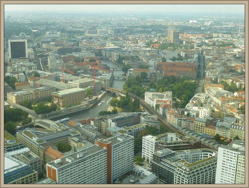 Ein Blick vom Fersehturm über das sommerlich schwüle und leicht diesige Berlin am Nachmittag des 03.August 2014.