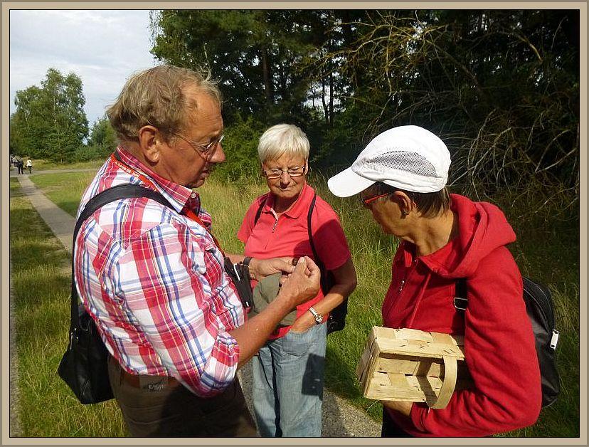Links sehen wir den Bützower Pilzberater Klaus Warning bei Erläuterungen zu verschiedenen Kleinarten, die den Waldweg säumten.