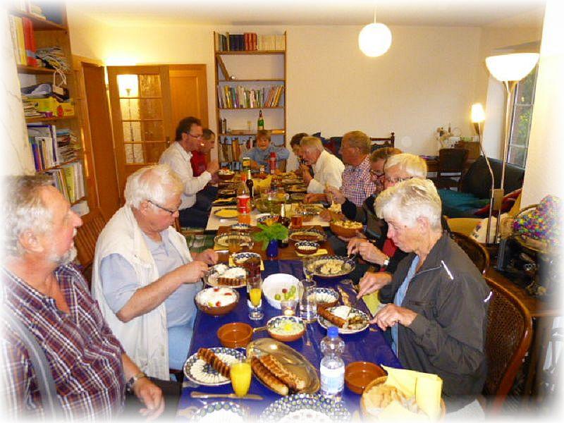 Mit einer reichhaltige Auswahl an Speisen und Getränken durften wir an der festliche gedeckten Tafel platz nehmen und es uns schmecken lassen.haben unsere Gastgeber