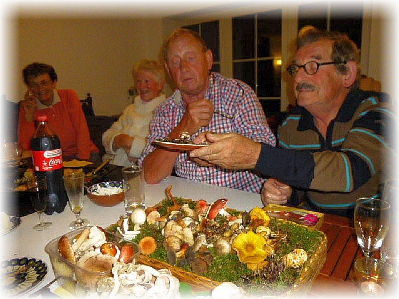 Klaus (Mitte) und meine Wenigkeit stellten dann die mitgebrachten Arten vor und auf Tellern wurden die jeweils besprochenen Pilze herum gereicht.