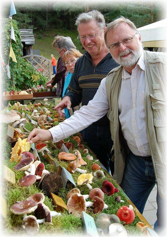 Christopher Engelhardt aus Lübeck und Mitglied des Pilzvereins Rehna sowie Ulrich Klein on den Wismarer Pilzfreunden freuen sich über die gelungene Ausstellung. Foto: Torsten Richter