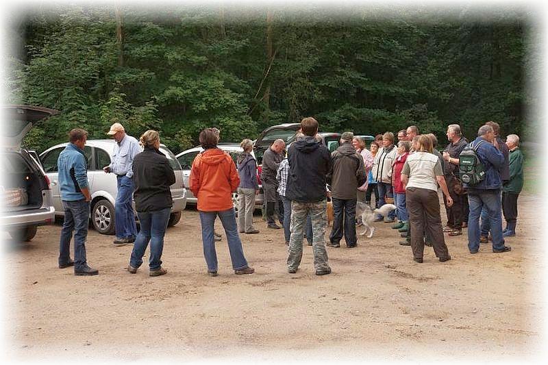 An die 30 Pilzfreunde hatten sich am Roten See eingefunden. Foto: Ulrich Klein.