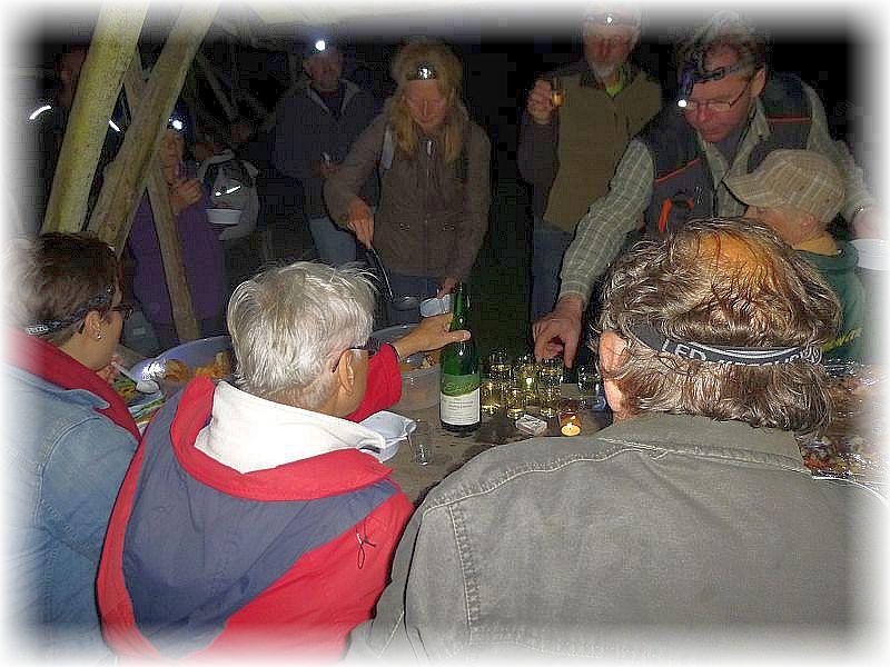Auch ein Gläschen rheinländischen Weines wude zumindest den Nichtkraftfahrern kredenzt. Diesen spendierten uns zwei nette Urlauber (im Hintergrund) aus dem Rheinland, die sich dieses Besondere Angebot einer pilzkundlichen Nachtwanderung nicht entgehen lassen wollten.