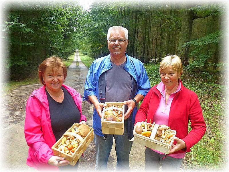 Zum Schluß waren die Körbe nicht nur bei diesen drei Pilzsuchern randvoll und alle waren sehr zufrieden.