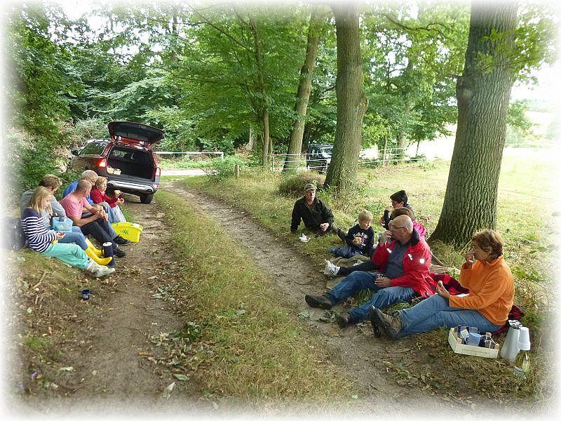 Zum Schluß waren alle schon hungrig und in gemütlicher Runde am Waldrand gabe es noch ein kleines Picknick.