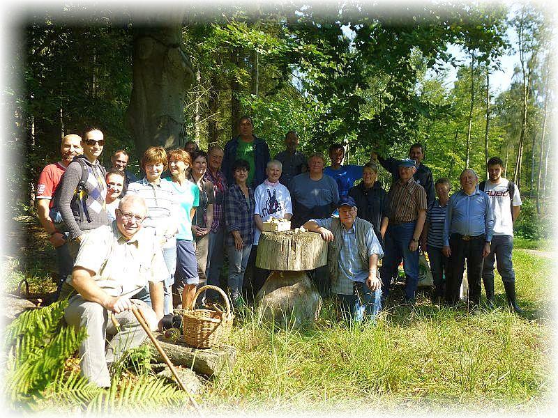 Zu unserem Abschlußfoto waren zwar nicht mehr alle dabei, aber dennoch ist ersichtlich, dass wir heute eine ansehnliche Truppe waren. Das Wetter war bestens und auch Pilze gabe es reichlichen, es hat also gelohnt und ich hoffen es hat allen Spaß gemacht. 06. September 2014 in der Trechower Holzung.