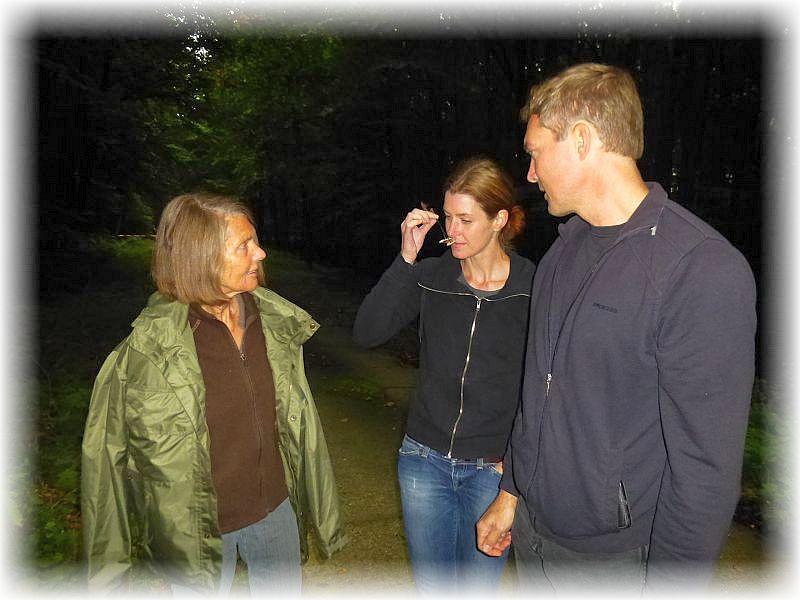 Manche Pilzgerüche sind wirklich beeindrucken, so der ausgesprochen starke Knoblauduft des Langstieligen Knoblauch - Schwindlings, den die junge Dame aus Lübeck hier gerade beindruckt wahrnimmt.