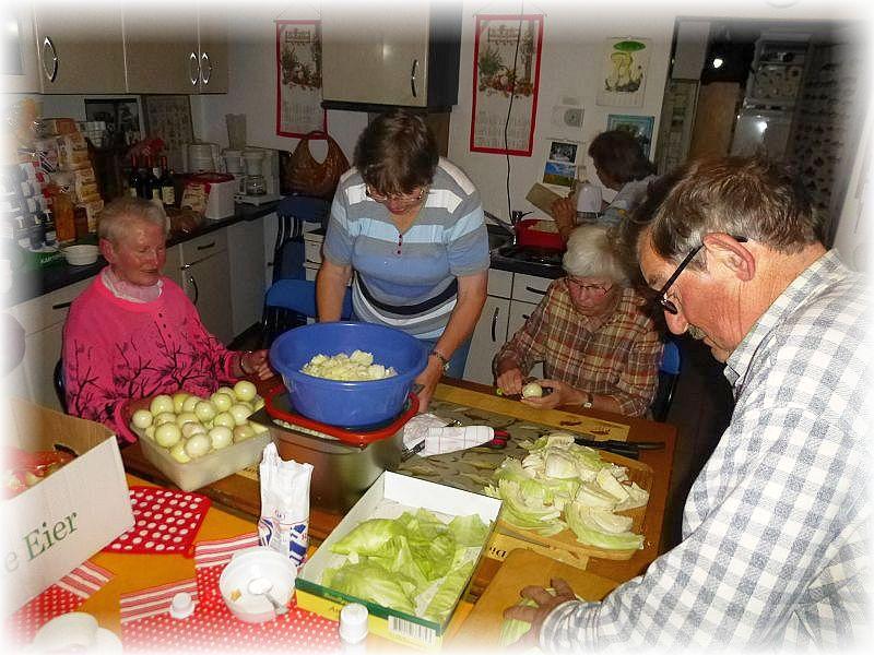 Danach ging es an die Arbeit zum Zwiebeln Pellen, Möhren und Kohl schneiden und vieles mehr.