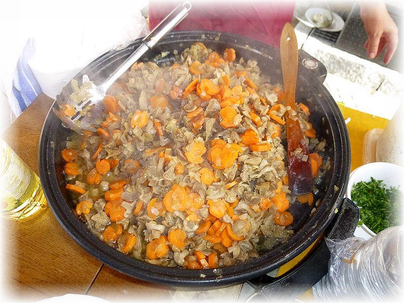 Neben unserer herzhaften Waldpilzsuppe gab es auch eine leckere Maipilz - Pfanne mit Möhren und Geflügelfleisch. Auch Schwefelporling war im Angebot.n