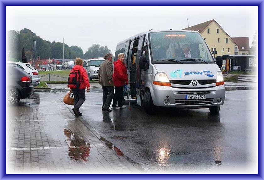 Es regnet immer noch und deshalb schnell hinein in den trockenen Bus.