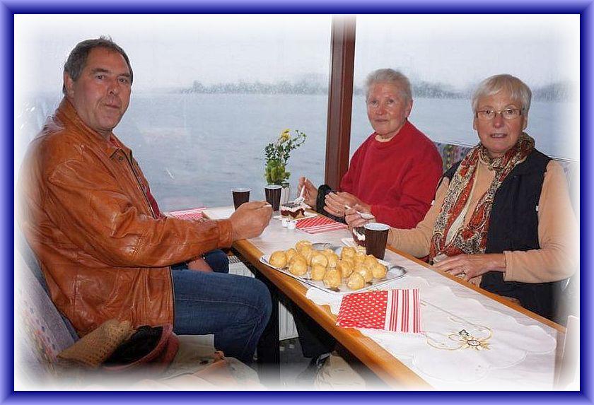 Erika, Helga und Peter platzierten sich in der Mitte des Fahrgastschiffes, da sie der Meinung waren, dass das Schiff bei leichtem Seegang hier ruhiger liege.
