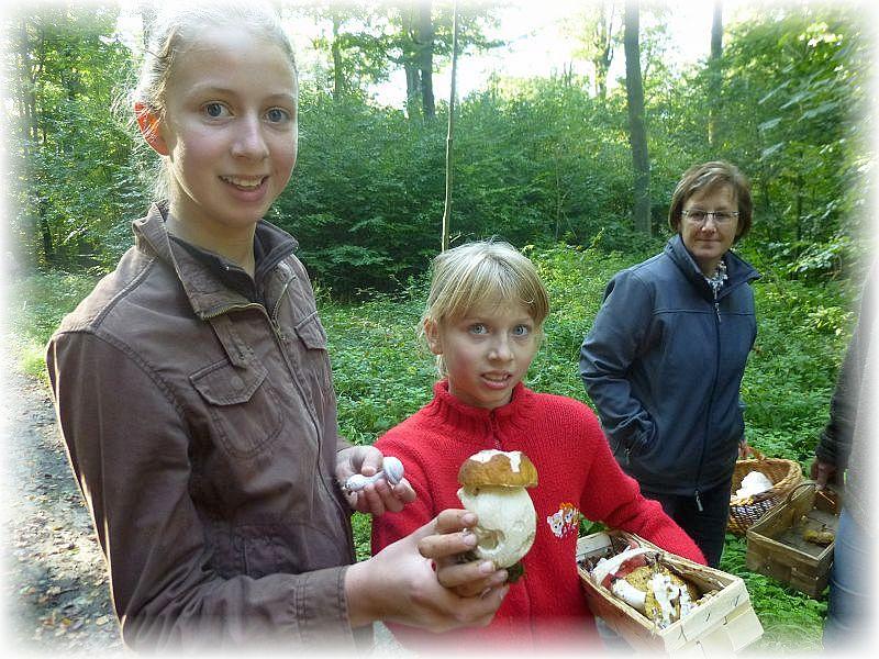 Große Freude bei diesem beiden jungen Damen über einen dicken Steinpilz. Zwar haben sich schon einge Schnecken an ihm zu schaffen gemacht, aber ich Denke, er wird trotzdem noch eine Mischpilzpfanne veredeln. 04. Oktober im Woitendorfer Wald (Staatsforst Rehna).