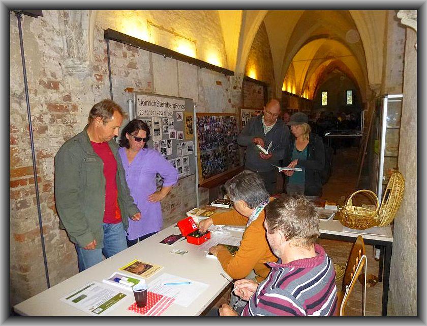 Am Empfangstisch dürfen die Besucher ihren Eintritt entrichten und es gab auch wieder eine ansehnliche Auswahl von Fachbüchern und Kalendern zu kaufen, die zum Teil die Gadebuscher Buchandlung Schnürl zu Verfügung stellte.