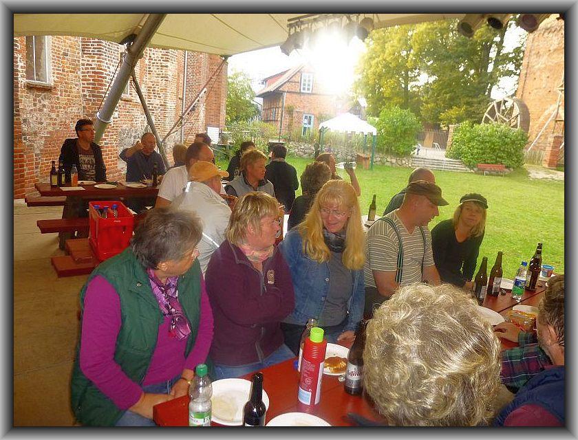 Am späten Sonntag Nachmittag waren die 15. Tage der Pilze in Rehna bereits wieder Geschichte. In gemütlicher Runde dankte Torsten Richtern nochmals allen Helfern auf das Herzlichste und bei Pils und Bratwurst klangen die Tage der Pilze schließlich aus.