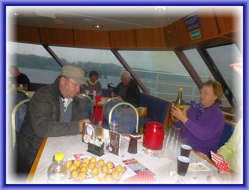 Wir bedanken uns noch einmal ganz herzlich beim Bordpersonal, das wir unseren eigenen Imbiss an Bord verzehren durften!