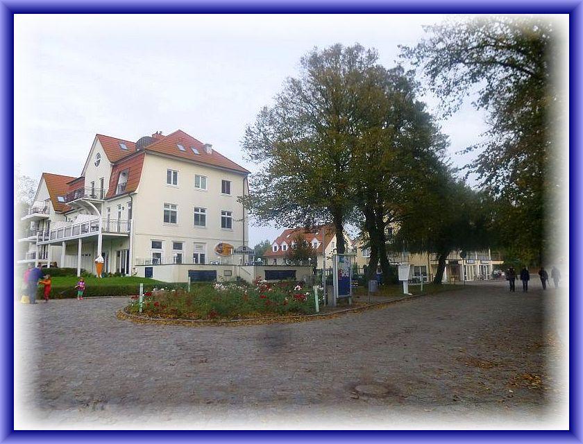 Wir sind in Schwarzen Busch angelangt. Hier sehen wir das ehemalige FDGB - Urlauberheim, das nach einer Sanierung heute als Gaststätte und Hotel in ähnlicher Nutzung weiter geführt wird.