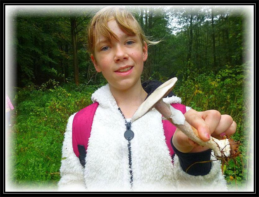 Etwas schönes hat auch diese Schülerin gefunden. Es ist ein Weißer Anis - Champignon (Agaricus arvensis). Anis - Champignon dürfen ebenfalls gegessen werden und sind sehr schmackhaft.