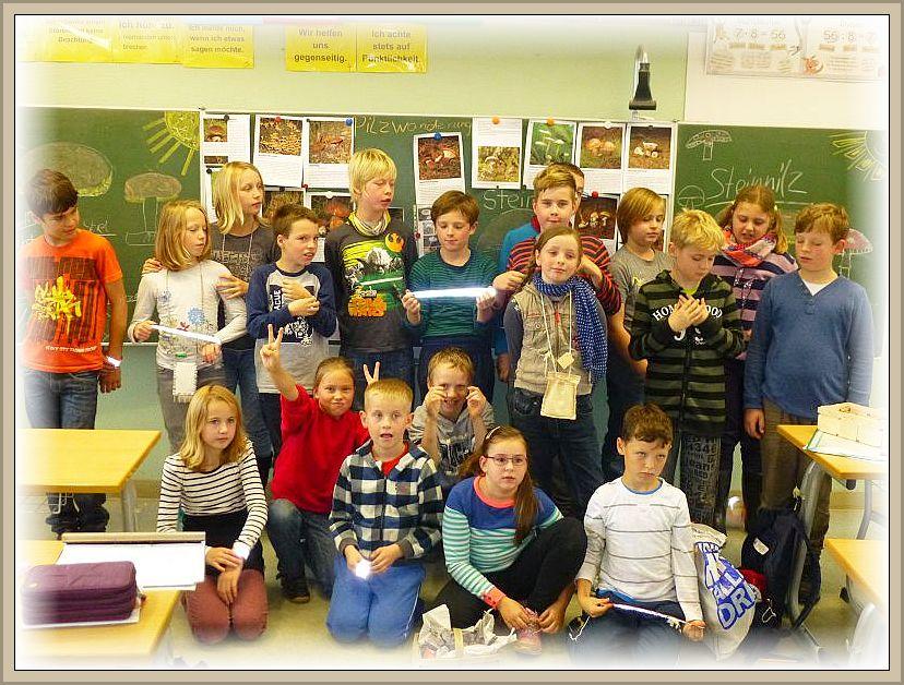 Zum Schluß stellten sich alle Kinder nochmal vor die Schultafel zu einem Erinnerungsfoto auf. Sozusagen fast die letzte Amtshandkung vor den Herbstferien. Viel Spaß in den Ferien wünscht der Steinpilz - Wismar.