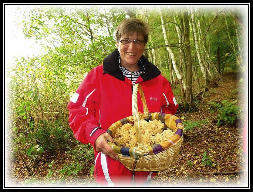 Diese Pilzfreundin aus Schwerin freut sich über eine große, korbfüllende Krause Glucke (Sparassis crispa).