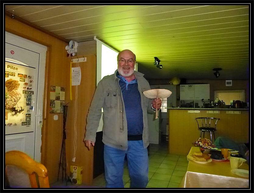 Andreas aus Hamburg stoplperte auf der Anreise über dien großen Parasol, der ihn am Straßenrand anlachte. Andreas ist Mitglied der Pilzfreunde innerhalb der Gemeinnützigen Gesellschaft Wismar e.V.