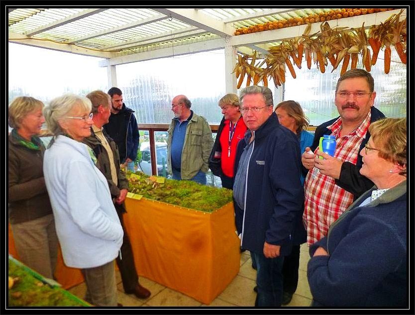 Ulrich Klein in schwarzer Jacke kurz vor Beginn seiner mehrstündigen Einführung in die Pilzkunde mit einigen Teilnehmern vor unseren vorbreiteten Ausstellungsflächen im überdachten Außenbereich.