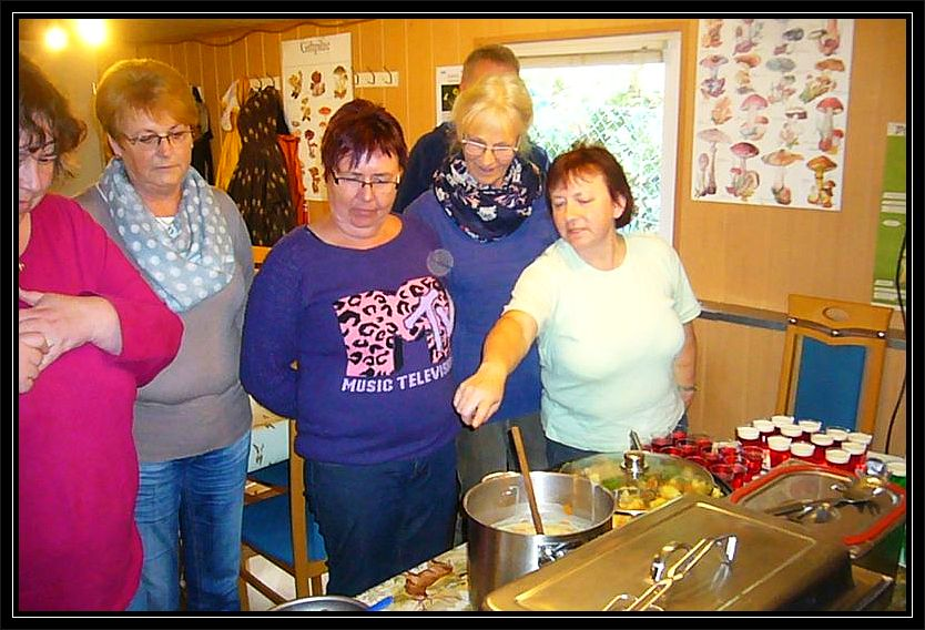 Unsere gute Seele Irena, rechts, erläutert das Speisenangebot.