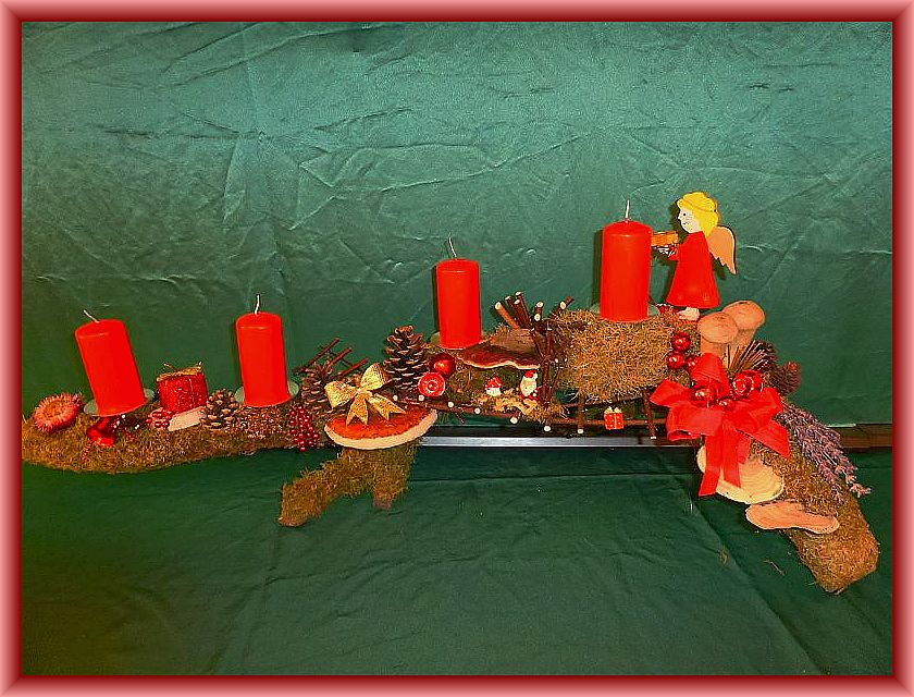1. Ca. 1m langes, bis 25 cm tiefes 4er Gesteck mit roten Stumpenkerzen auf Astgabel mit Moos, Striegeliger Tramete, Rotrandigem Baumschwamm, Schmetterlingstramete und Herben Zwergknäuelingen, Hartriegelleiter, Zapfen und Weihnachtsdekoration zu 20,00 €.