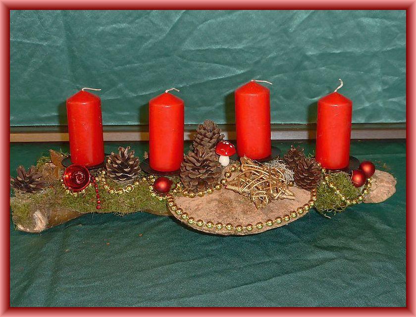 2. - Etwa 40 cm langes, bis 15 cm tiefes Atsgesteck mit 4 roten Stumpenkerzen, Moos, Eichenwirrling, Rötender Tramete,  und Echtem Zunderschwamm, Zapfen, silberner Perlenkette und Weihnachtsdekoration zu 10,00 €.