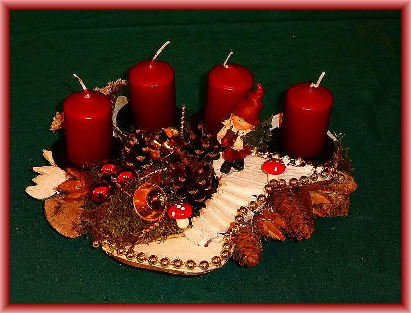 9. Rundlich - ovales 4er Gesteck auf Baumscheibe mit weinroten Stumpenkerzen, Moos, Zapfen, Eichenwirrling, Rötender Tramete und Birkenporlingstreppe sowie Weihnachtsdekoration zu 10,00 €.