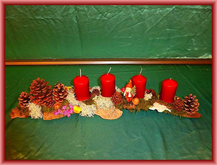 13. Etwa 80 cm langes, bis 15 cm tiefes 4er Gesteck mit burgundfarbenen Stumpenkerzen auf Baumrinde mit Moos, Rentierflechten, Zapfen, , Trockenblumen, Striegeliger Tramete, Eichenwirrling, Birkenblättling, weiterer Naturdeko sowie künstlicher Weihnachtsdekaration zu 15,00 €.