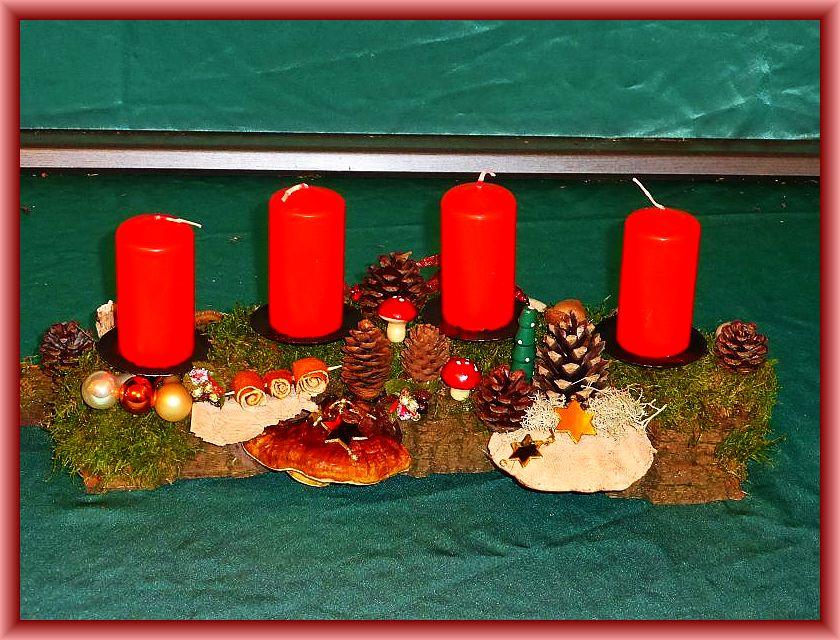 14. Etwa 40 cm langes, bis 15 cm tiefes 4er Gesteck auf Baumrinde mit roten Stumpenkerzen, Moos, Rentierflechte, Rötender Tramete, Rotrandigem Baumschwamm, Zapfen,  und Weihnachtsdekoration zu 12,50 €.