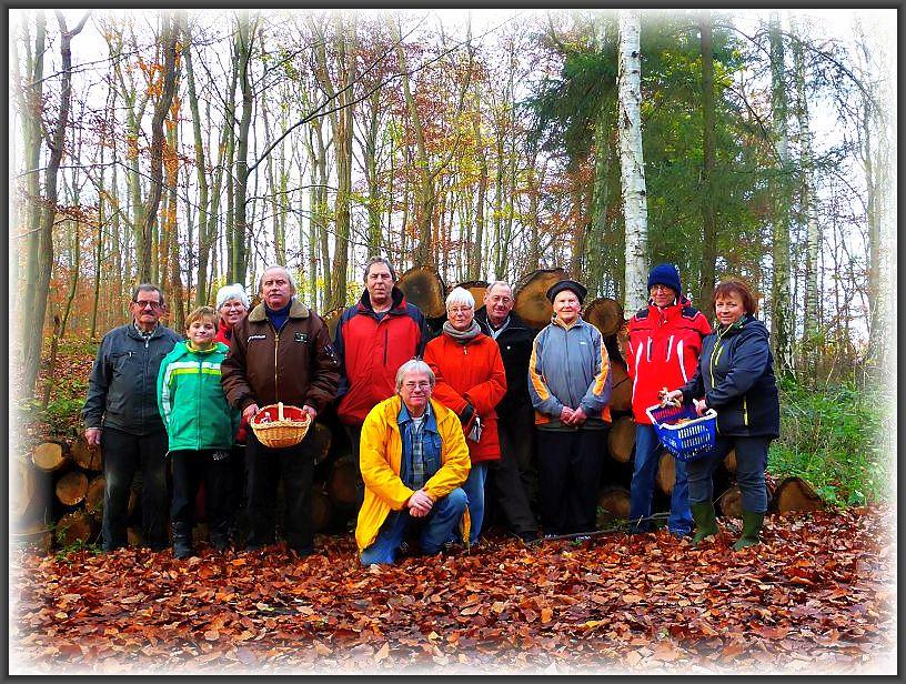 11 Pilzfreunde waren zum letzten mal in diesem Jahr gemeinsam auf Pilzpirsch. Wieder liegt ein ereingisreiches Jahr hinter uns und wir hoffen im nächsten Frühjahr alle wieder Gesund und munter in die neues Saison starten können.