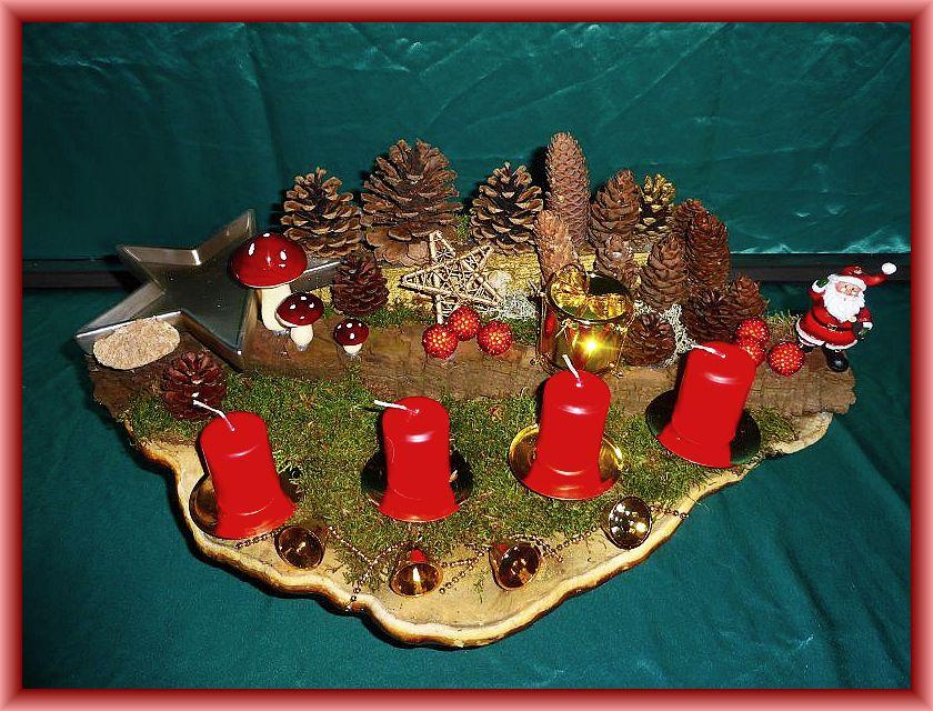 Großes, ovales Edelgesteck mit vier roten Stumpenkerzen auf riesigem Rotrandigen Baumschwamm, etwa 50 cm lang und 30 cm tief. Mit Moos, Zapfen, Eichenwirrling und Weihnachtsdekoration zu 30,00 €.