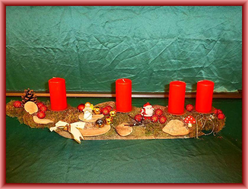 27. 75 cm langes, bis 15 cm tiefes 4er Gesteck auf Ast mit roten Stumpenkerzen, Moos, Eichenwirrling, Birkenporling, Striegeliger Tramete und Weihnachtsdekoration zu 15,00 €.
