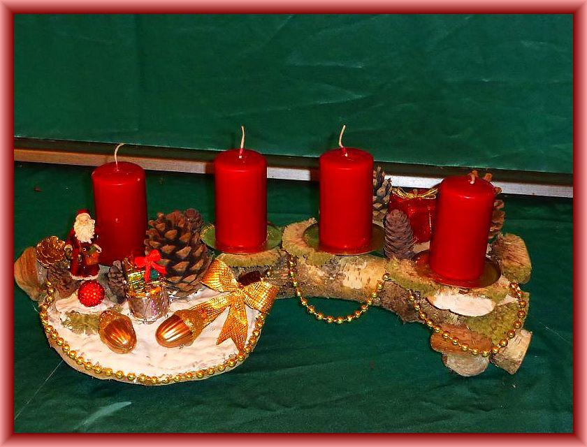 30. Etwa 45 cm langes, bis 25 cm tiefes 4er Gesteck auf Birkenast, weinroten Stumpenkerzen, Ordenskissenmoos, Echtem Zunderschwamm, Rotrandigem Baumschwamm, Striegeliger Tramete, Zapfen und Weihnachtsdekoration zu 10,00 €.