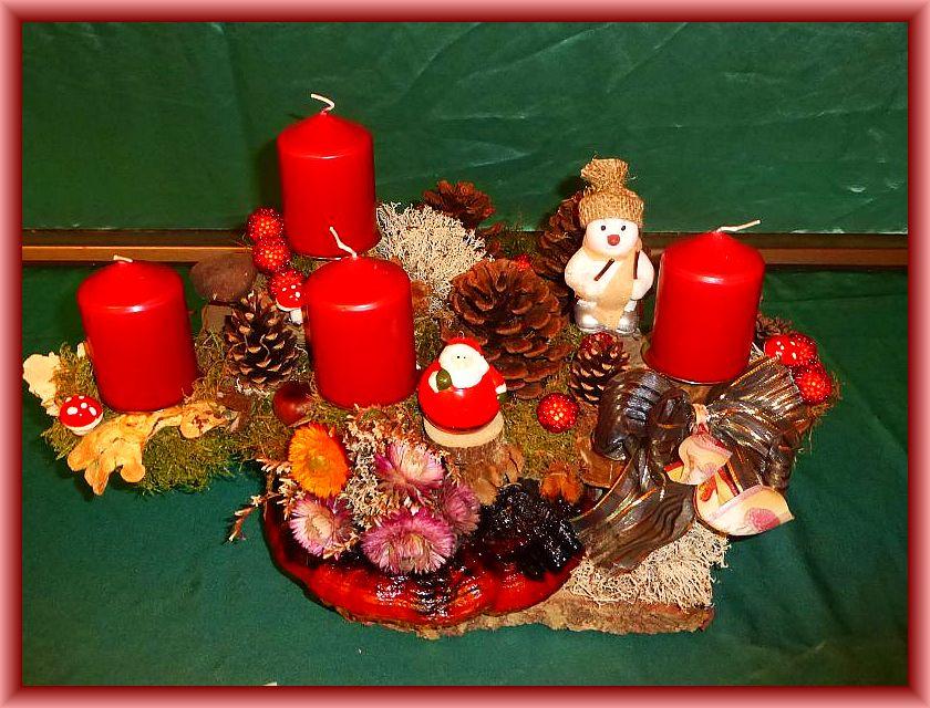 37. Kompaktes und aufwendiges 3er Gesterck, rundlich mit ca. 45 cm Durchmesser, auf großer Baumscheibe und üppig dekoriert mit Moos, Rotrandigem Baumschwamm, Echtem Zunderschwamm, Schmetterlingstrameten, Winterporling, Zapfen, Trockenblumen und Weihnachtsdekoration zu 25,00 €.