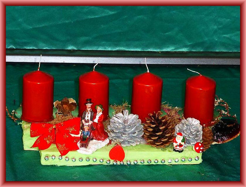 42. Etwa 30 cm langers und 12 cm tiefes 4er Gesteck mit kupferbraunen Stumpenkerzen auf Holzleiste mit hellgrüner Serviette unterlegt, Rotrandigem Baumschwamm, natürlichen und silbernen Kiefernzapfen, Moos und weiterer Dekoration zu 8,00 €.