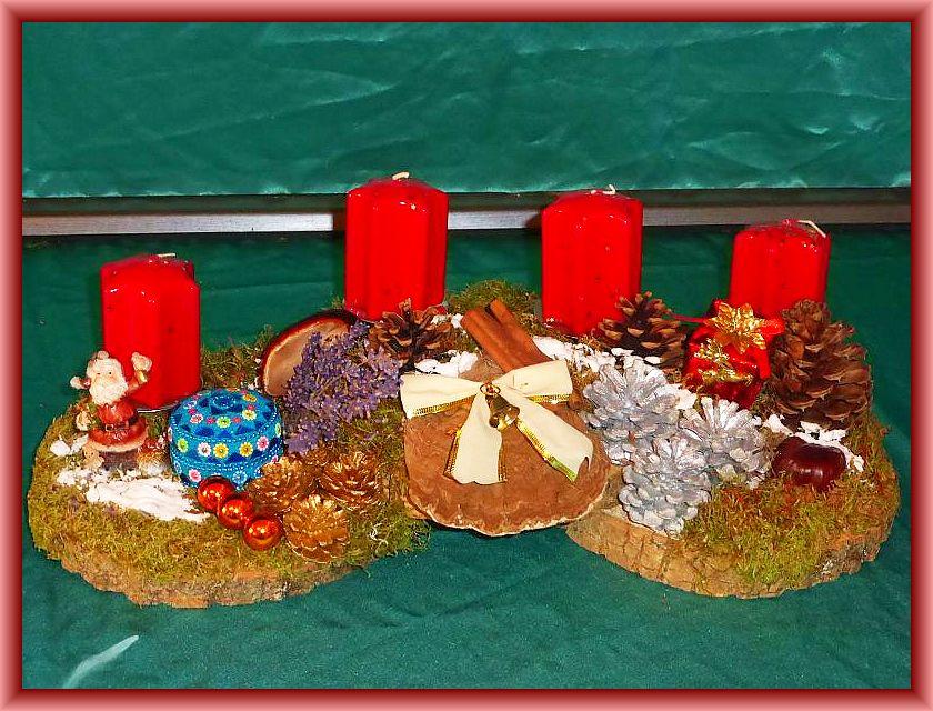 44. Knapp 50 cm langes, 20 cm tiefes 4er Gesteck auf zwei Baumscheiben und dunkelroten Stumpenkerzen. Mit Moos, silbernen und natürlichen Kiefernzapfen, Flachem Lackporling, Rotrandigem Baumschwamm und Weihnachtsdekoration zu 20,00 €.