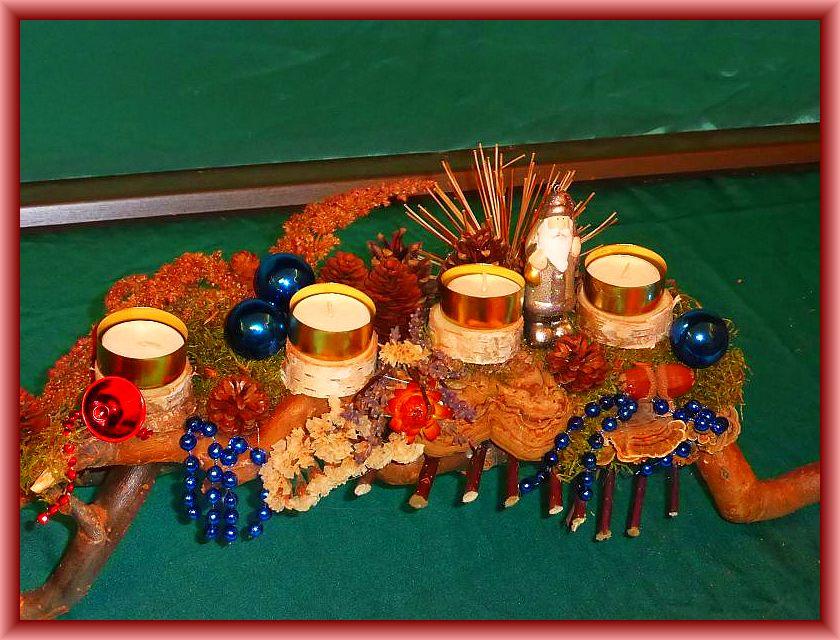 46. Gut 40 cm langes, 15 cm tiefes 4er Gesteck mit Teelichtern auf Weidengeäst mit viel natürlicher Dekoration und Schmetterlings - Tramete, Echtem Zunderschwamm sowie Weihnachtsdekoration zu 10,00 €.