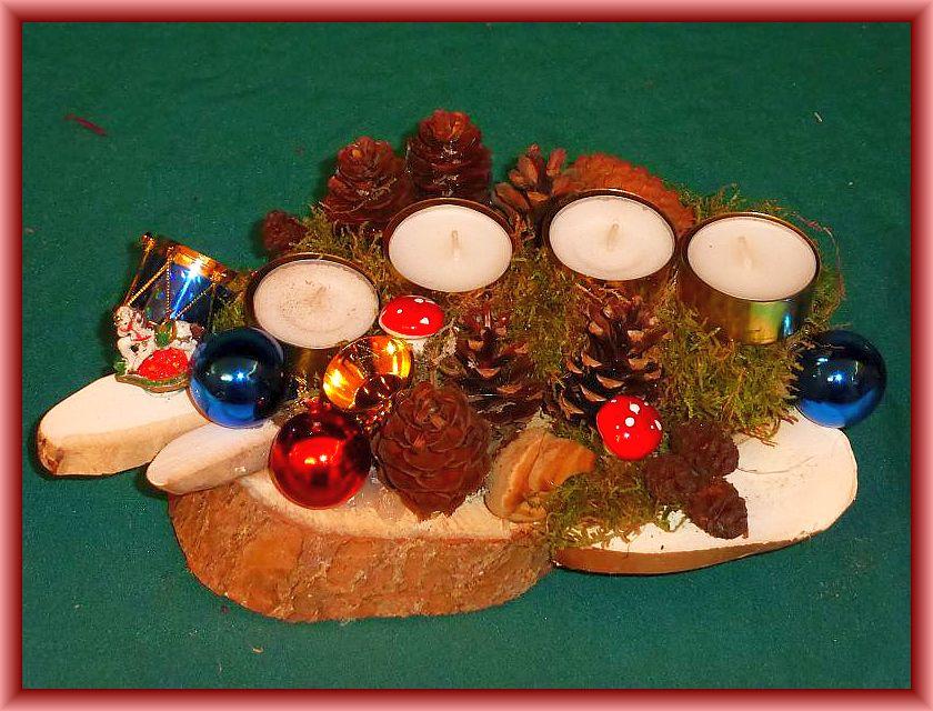 47. Kleineres, ovales 4er Gesteck mit Teelichtern, ca 25 cm lang auf Baumscheibe ,it Moos, Zapfen, Echtem Zunderschwamm, Birkenporlingsscheiben und Weihnachtsdekoration zu 6,00 €.
