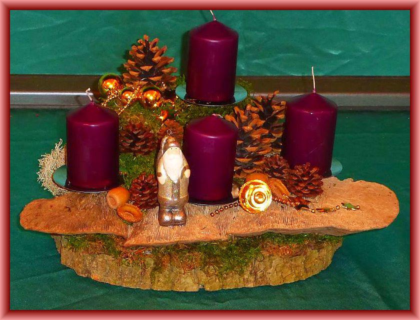 54. Kompaktes, dreieckiges 4er Gesteck auf Baumscheibe mit plaumenfarbenen Stumpenkerzen, großen Eichenwirrlingen, Kiegernzapfen und Weihnachtsdekoration zu 15,00 €.