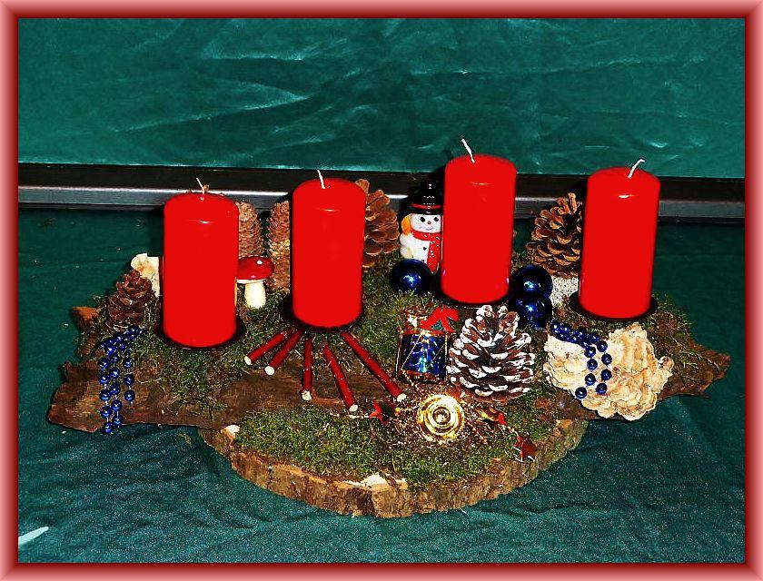 59. Großes, ovales 4er Gesteck mit roten Stumpenkerzen auf Baumscheibe, etwa 50cm lang und bis 25 cm tief mit Moos, Angebrannten Rauchporlingen, Hartriegel zu 20,00 €.