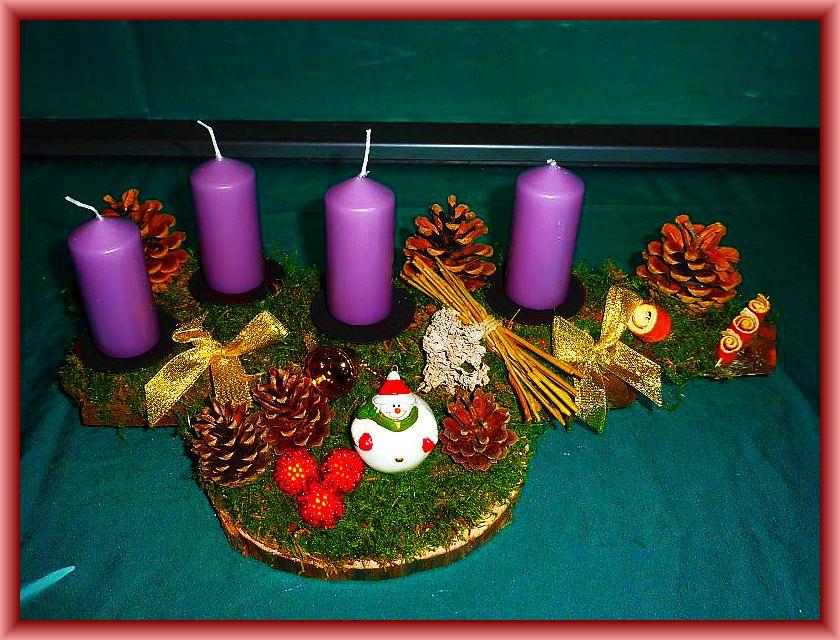 60. Gut 40 cm langes, bis 20 cm tiefes 4er Gesteck mit magnolienfarbenen Stumpenkerzen Holzscheibe und Baumrinde mit Moos, Zapfen, gerollten Orangenschalen und Weihnachtsdekoration zu 12,50 €.