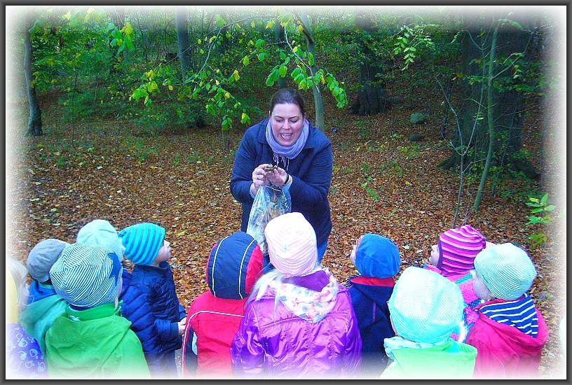 Auch die Betreuerinnen sind nit großer Freude dabei um den kleinen Schlossgeistern die geheimnisvolle Welt der Pilze etwas näher zu bringen.