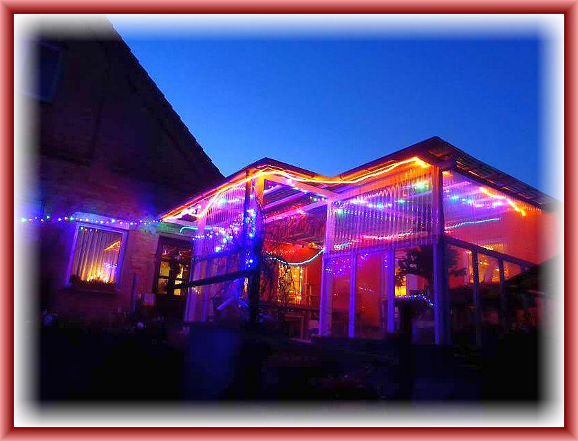 Bereits die Veranda erstrahlte in unzählingen, bunten Lichtern, um den Gästen den Weg zu leuchten.
