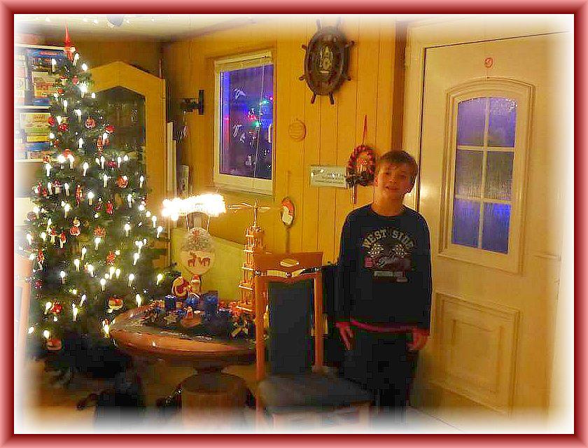 Zwischenzeitlich erfreute uns Jonas mit einem weihnachtlichen Gedicht, dass er kürzlich für die Schule lernen mußte. Ein kurzer, aber rührender Moment, der mit viel Beifall gewürdigt wurde. Danke, lieber Jonas!
