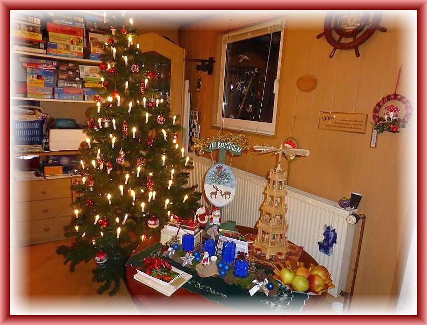 Weihnachtsbaum und Pyramide begrüßten die Gäste im Innenraum.