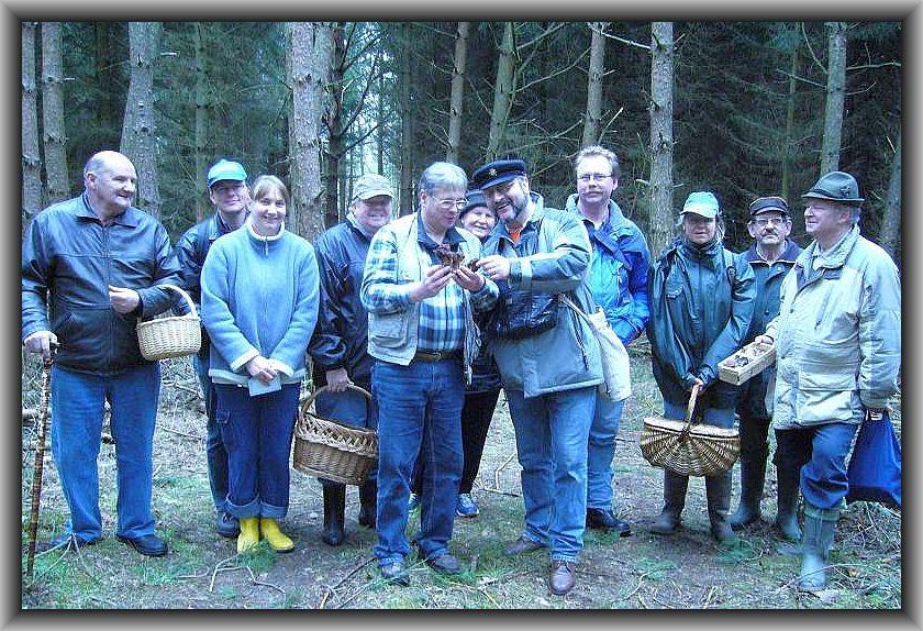 Hier Gerhard Weiß, ganz links, auf einer Lorchelwanderung im Kiefernforst bei Jesendorf im April 2008. Auch Herr Mildner, ganz rechts, weilt leider nicht mehr unter uns.