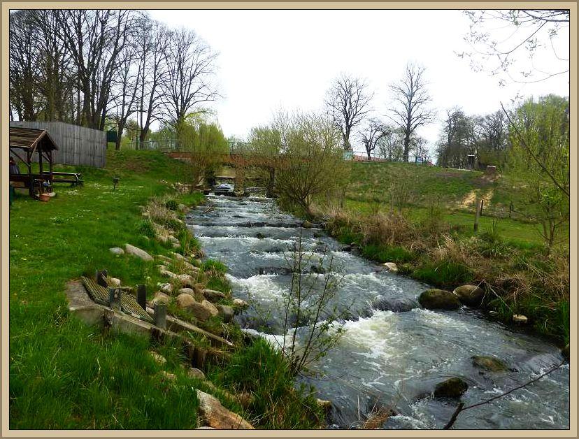 Der Hellbach in Neubukow mit seiner Fischtreppe.