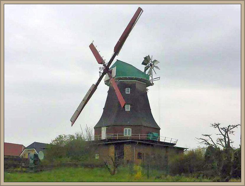 Los ging es an der auf einen Hügel stehenden, gut erhaltenen und weithin sichtbaren Holländer - Mühle.
